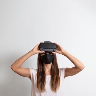 Kobieta ubrana w maskę z zestawem słuchawkowym wirtualnej rzeczywistości