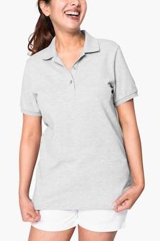 Kobieta ubrana w podstawową szarą koszulkę polo