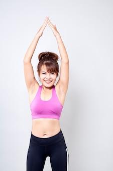 Kobieta ubrana w sportową odzież pokazuje jej ciało