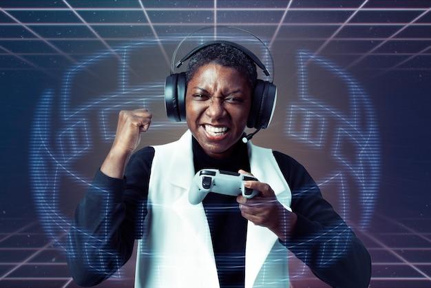 Kobieta ubrana w zestaw słuchawkowy wirtualnej rzeczywistości, grając w gry wideo