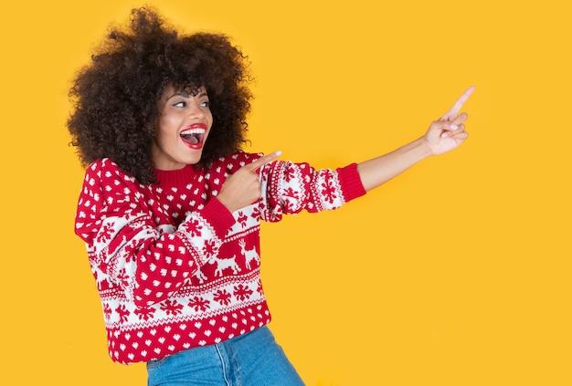 Kobieta ubrania świąteczne punkty kopiują przestrzeń żółte tło
