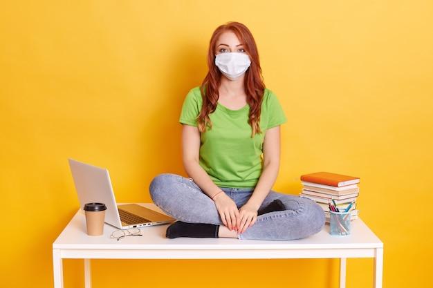 Kobieta ucząca się na odległość z powodu choroby pracującej w domu