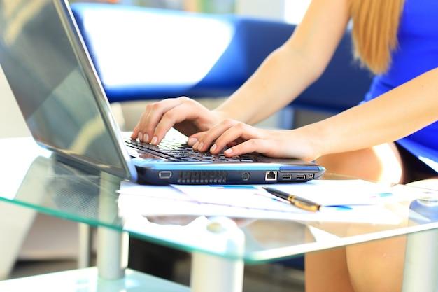 Kobieta ucząca się wpisując na klawiaturze laptopa