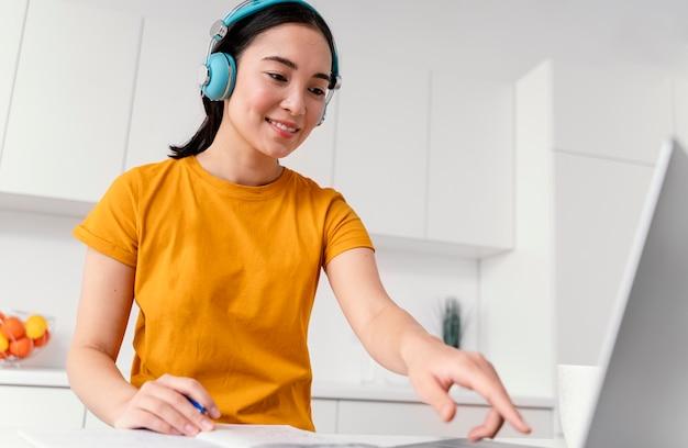 Kobieta uczęszczająca na zajęcia online