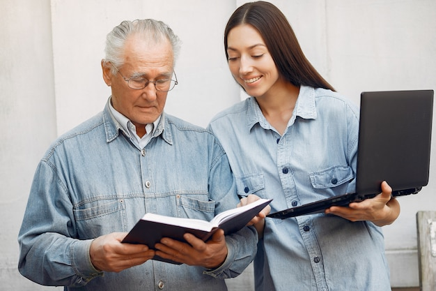 Kobieta uczy dziadka korzystania z laptopa