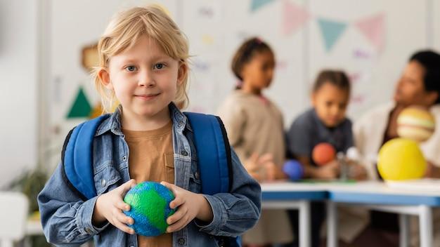 Kobieta uczy dzieci o planetach