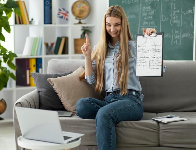 Kobieta uczy dzieci w klasie angielskiego online