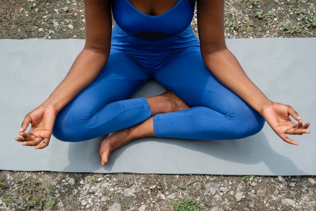 Kobieta uczy jogi na zewnątrz