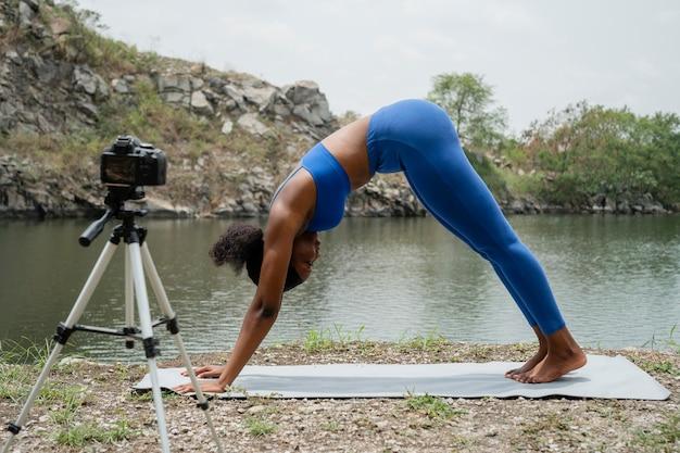 Kobieta uczy jogi