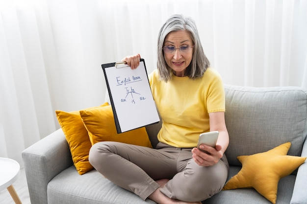 Kobieta uczy lekcji angielskiego online w domu