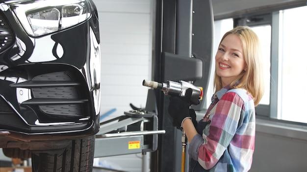 Kobieta uczy się mechanika samochodowego, jej ulubionym zajęciem jest naprawa samochodów