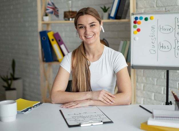Kobieta uczy studentów lekcji angielskiego online