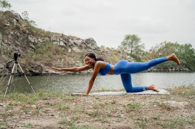Kobieta uczy swoich studentów jogi