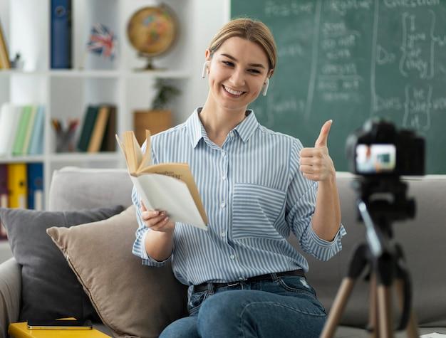 Kobieta uczy uczniów w klasie angielskiego online