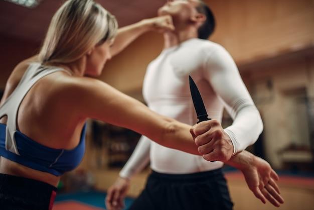 Kobieta uderza w gardło, samoobrona
