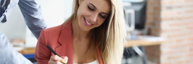 Kobieta umieszcza podpis elektroniczny na tablecie