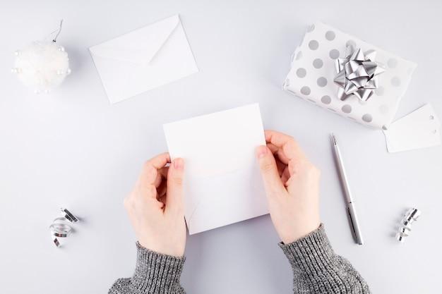 Kobieta umieszczenie karty w białej kopercie