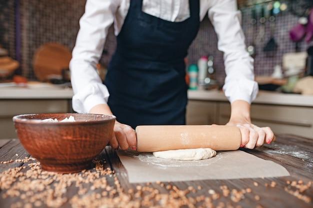 Kobieta upraw w kuchni w fartuchu