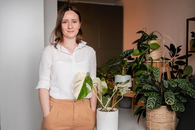 Kobieta uprawia rośliny w domu