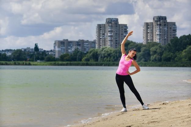Kobieta uprawia sport w pobliżu jeziora