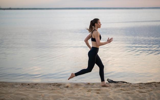Kobieta uprawia sporty na świeżym powietrzu na plaży