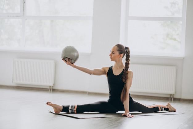 Kobieta uprawiania jogi na macie