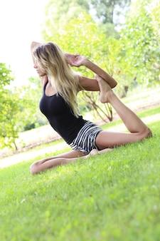 Kobieta uprawiania jogi na świeżym powietrzu