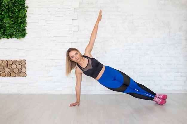 Kobieta uprawiania jogi. pojęcie sportu kobiet.