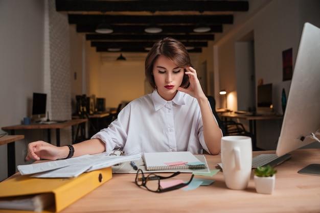 Kobieta uroda biuro czytanie.