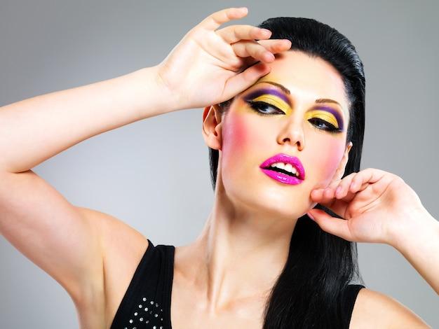 Kobieta uroda makijaż moda na pozach twarzy