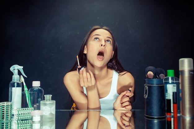 Kobieta uroda stosowania makijażu