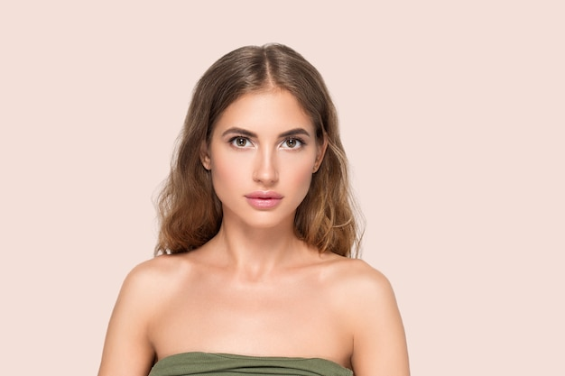 Kobieta uroda twarz zdrowa piękna skóra z bliska portret kobiety na kolor tła. różowy