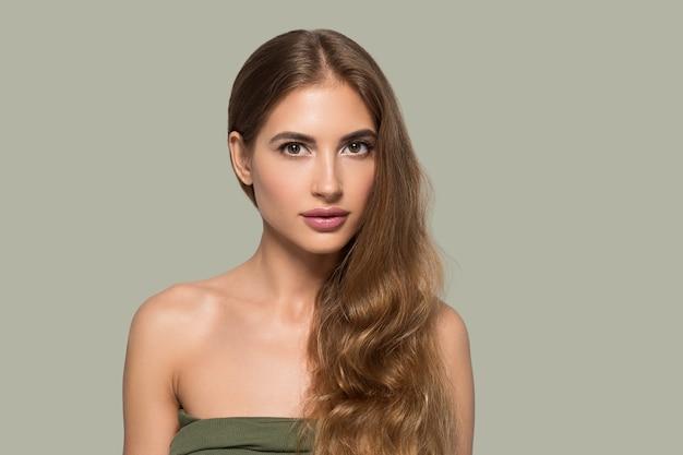 Kobieta uroda twarz zdrowa piękna skóra z bliska portret kobiety na kolor tła. zielony