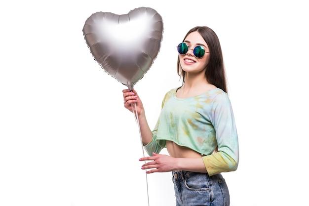 Kobieta uroda uśmiech z balonem na białym tle