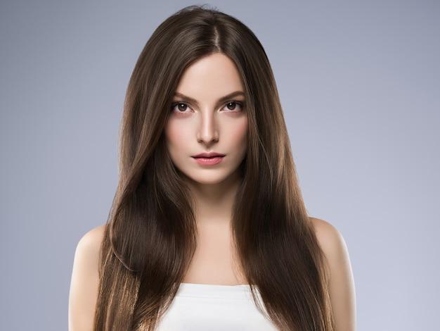 Kobieta uroda zdrowej skóry koncepcja naturalny makijaż piękny model twarz dziewczyny. strzał studio.