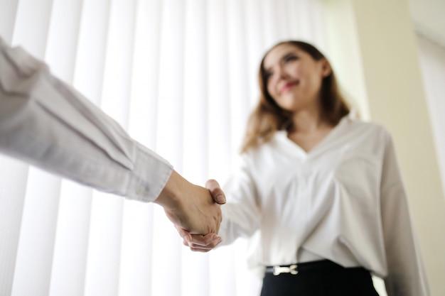 Kobieta uścisk dłoni z szefem