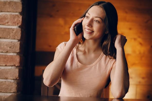 Kobieta uśmiecha rozmowy na telefon komórkowy