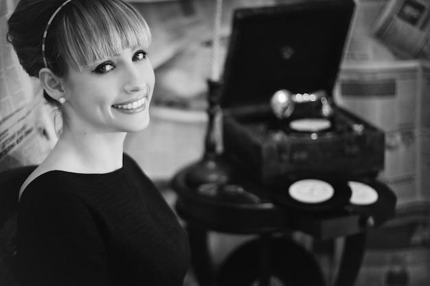 Kobieta uśmiecha się z gramofonu tle