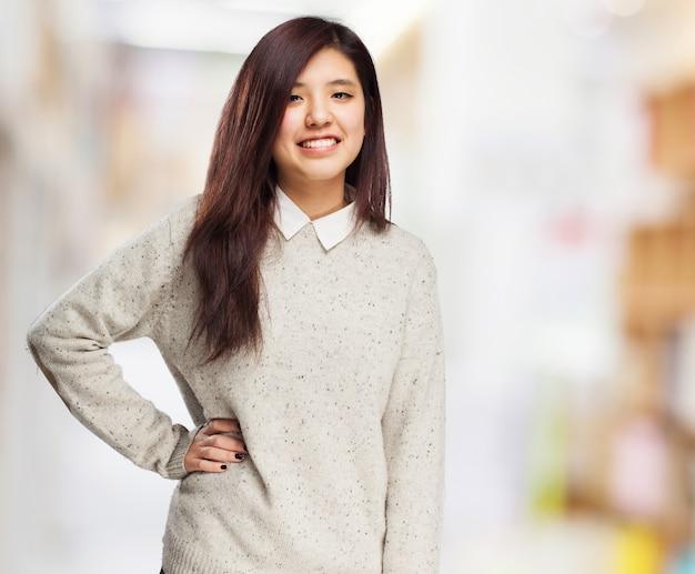 Kobieta uśmiecha się z jednej strony na biodrze