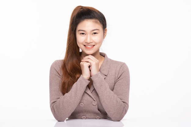 Kobieta uśmiecha się ze szczęścia i pewna siebie