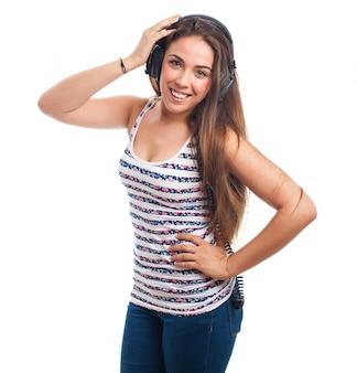 Kobieta uśmiecha ze słuchawkami
