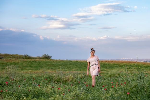 Kobieta uśmiechnięta na środku pola