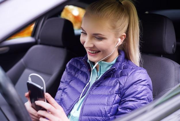 Kobieta ustawienia telefonu w samochodzie