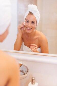 Kobieta usuwa makijaż z twarzy