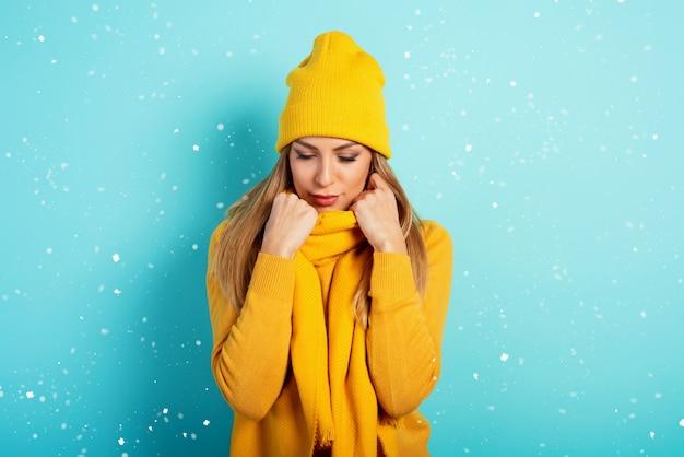 Kobieta utrzymuje ciepło w szaliku i czapce w zimie