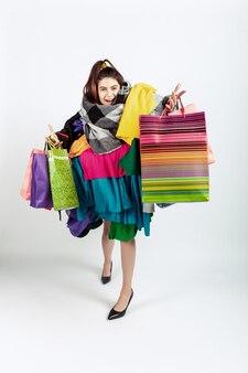 Kobieta uzależniona od wyprzedaży i ubrań, nadprodukcji i szalonego popytu