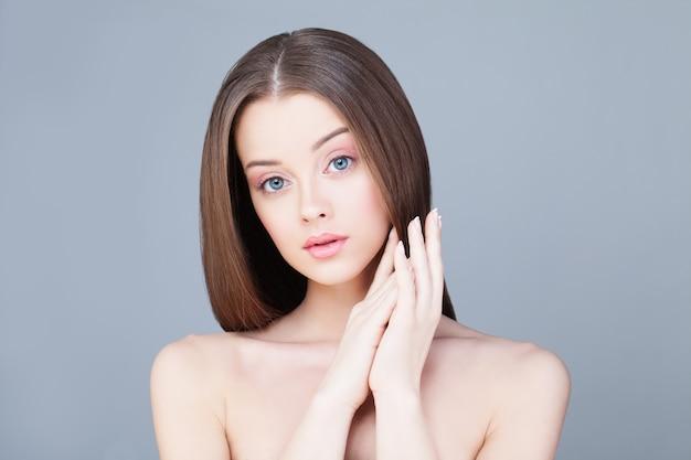 Kobieta uzdrowiska. koncepcja pielęgnacji skóry. zdrowa kobieta o czystej skórze