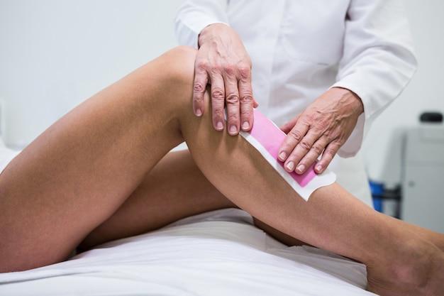 Kobieta uzyskiwanie jej włosy nogi usunięte