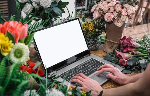 Kobieta używa interfejs kwiaciarnia