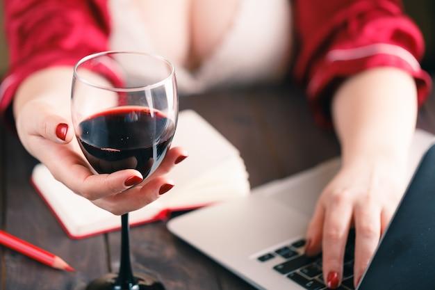 Kobieta używa laptop i mieć napój